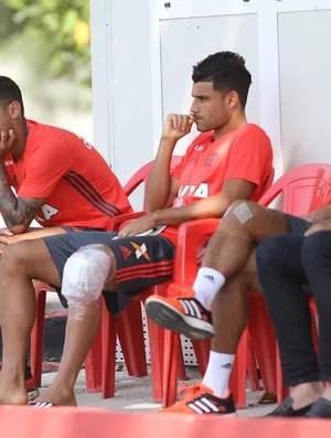 Alan Patric e Ederson acompanham treino do Fla (Foto: Gilvan de Souza (Flamengo.com.br))