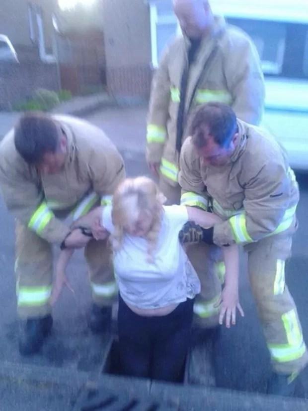 Jovem de 16 anos precisou ser resgatada pelos bombeiros após perder celular (Foto: Reprodução/Twitter/Kent 999s)
