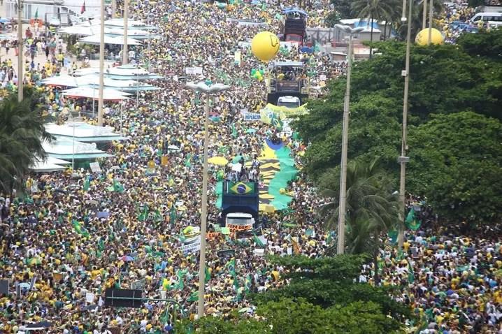 MANIFESTAÇÃO/RIO(12H01): Manifestantes ocupam as duas faixas da Avenida Atlântica e bloqueiam totalmente as vias