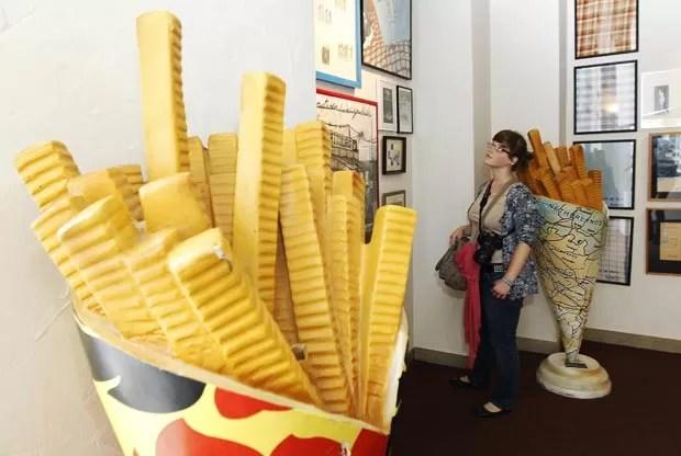A cidade de Brugge, na Bélgica,  conta com um museu dedicado exclusivamente à pesquisa e informações sobre a batata frita. Primeiro desse tipo do mundo, o 'Frietmuseum' traz a história do petisco e também oferece dicas de como prepará-lo. (Foto: Thierry Roge/Reuters)