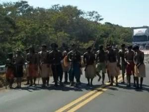 Índios em protesto na divisa entre Mato Grosso e Rondônia (Foto: Flávio Godoi/G1)