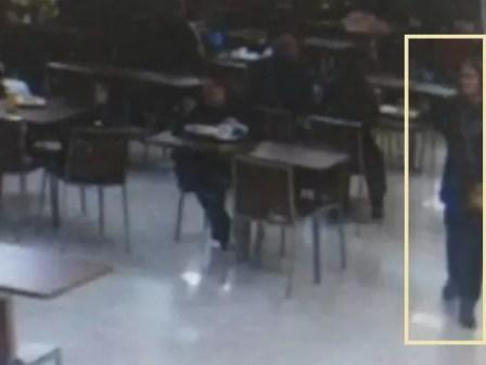 Esta imagem mostra a médica capixaba passando em meio a mesas de alimentação no aeroporto de Guarulhos (Foto: TV Globo/Reprodução)