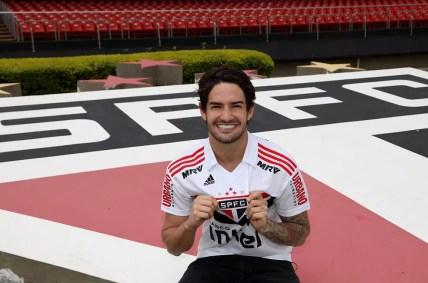Alexandre Pato veste a camisa do São Paulo no Morumbi — Foto: Rubens Chiri / saopaulofc.net