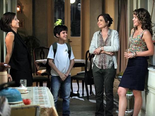 O clima na casa da Cristina é de descontração por causa da visita de Clara! (Foto: Pedro Curi/TV Globo)