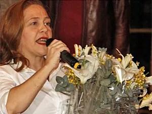 Isabela ganhou flores de Dennis Carvalho (Foto: Lado a Lado / TV Globo)