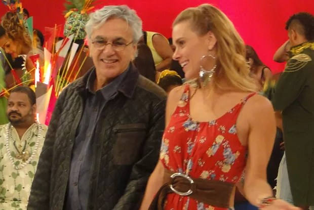 Carol Dieckmann aproveita para 'tietar' o músico (Foto: Esquenta / TV Globo)