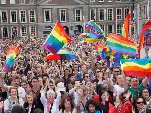 Pessoas comemoram o resultado do referendo do casamento gay em Dublin, na Irlanda. (Foto: AP Photo/Peter Morrison)