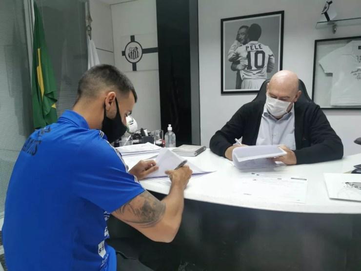 Camacho assina contrato com o Santos — Foto: Guilherme Kastner/Santos FC