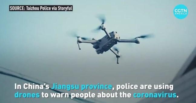Portal estatal da China divulga vídeo da polícia chinesa utilizando drones para mandar pessoas de volta para casa e para pulverizar ruas. — Foto: CGTN/Redes Sociais
