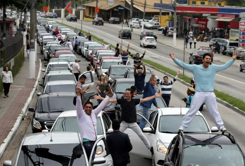 Motoristas da Uber protestam contra a legislação que ameaça o modelo de negócios da empresa, em São Paulo (Foto: Paulo Whitaker / Reuters)
