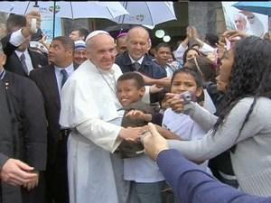 Menino abraça o Papa Francisco durante visita ao Conjunto de Favelas de Manguinhos (Foto: Reprodução GloboNews)