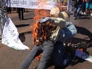 Prefeitos queimam bonecos em protesto no Tocantins (Foto: Rachel Lemos/TV Anhanguera TO)