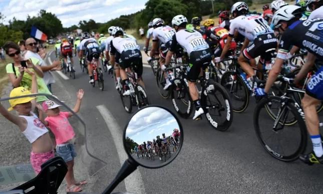 Motos no Tour: no centro de uma polêmica por serem vistas como motivo de risco para os competidores