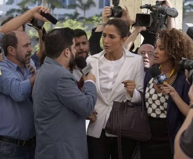 Regina é interrogada assim que chega ao fórum (Foto: Raphael Dias/Gshow)