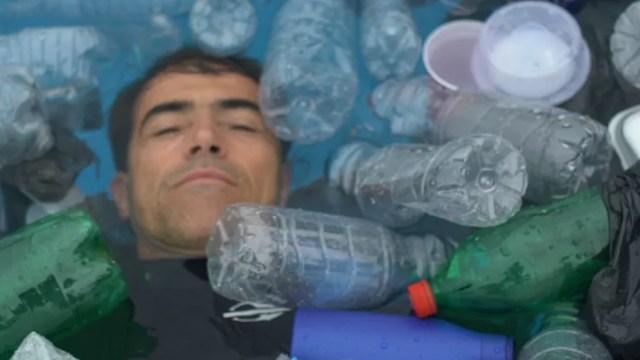 Até quando? Burle e Poliana nadam em piscina de lixo por conscientização social