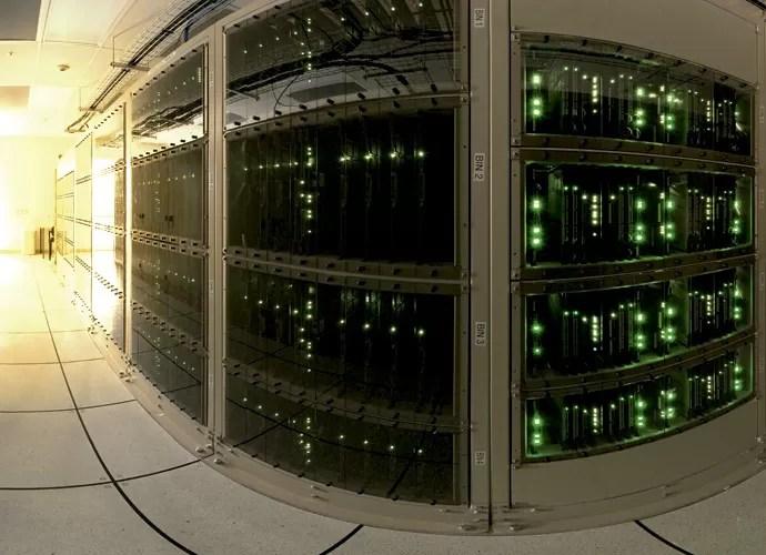 Esse volume de informações chega a 16 mil terabytes por segundo e é automaticamente digitalizado e transportado por 16 quilômetros de fibra óptica até o computador Alma Correlator Breaker Panel, onde os sinais são padronizados. Porém, por conta dos ruídos, menos de 1% de tudo que é captado tem utilidade — o supercomputador elimina as informações ruins e multiplica até milhões de vezes os sinais corretos (Foto: B. Tafreshi (twanight.org), ESO)