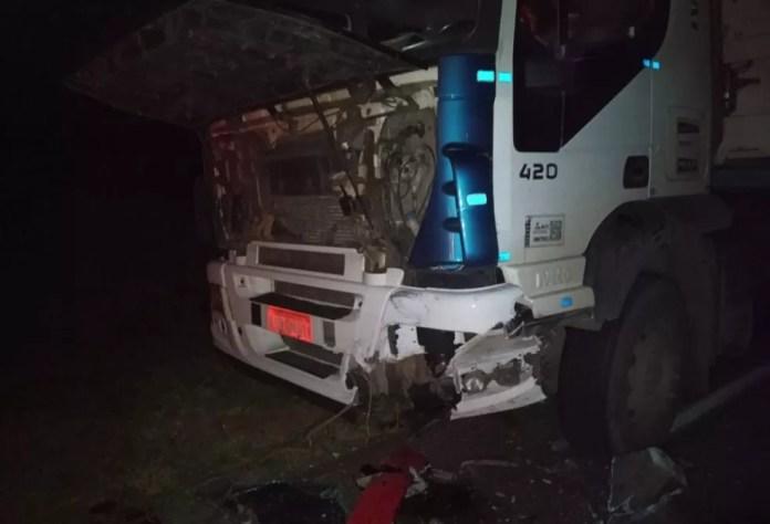 Motorista de caminhão saiu ileso de acidente — Foto: Corpo de Bombeiros/Divulgação