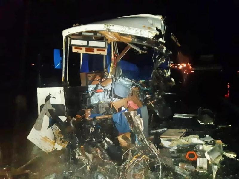 Carreta e caminhão colidiram frontalmente na BR-423, em Jupi — Foto: PRF/Divulgação
