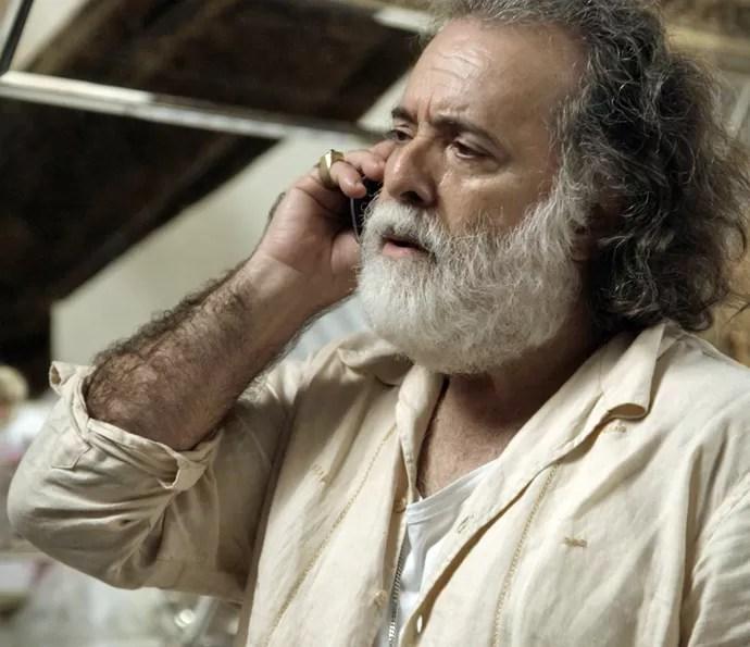 Zé Maria fala com Romero ao telefone e ameça acabar com a vida de Tóia e Atena (Foto: TV Globo)