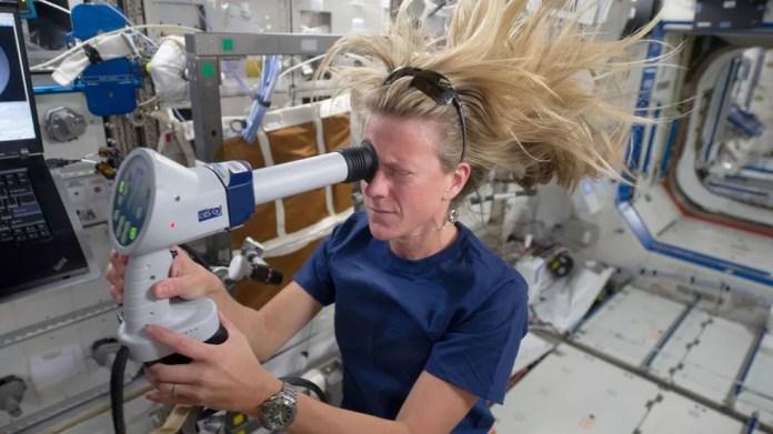 Problemas de visão têm sido identificados em alguns astronautas e podem requerer doses maiores de vitaminas B — Foto: NASA