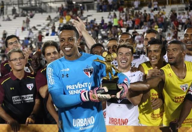 Sidão recebeu troféu de melhor jogador do Torneio da Flórida, em janeiro (Foto: Rubens Chiri / saopaulofc.net)