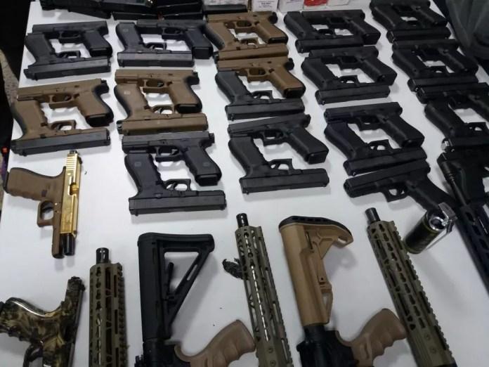 Pistolas apreendidas pelos agentes da PRF (Foto: Divulgação)
