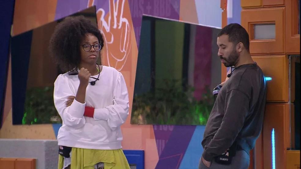 BBB21: Lumena não entende o pedido de desculpas de Carla Diaz e conversa com Gilberto — Foto: Globo