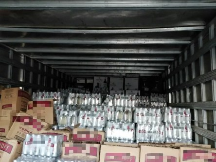 Caixas de bebidas alcoólicas foram apreendidas às margens da BR-232 (Foto: PRF/Divulgação)