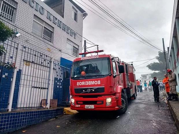Incêndio atinge na manhã desta terça-feira (9), o Colégio Kennedy, no bairro da Liberdade, em Salvador (Foto: Jéssica Smetak/ TV Bahia)