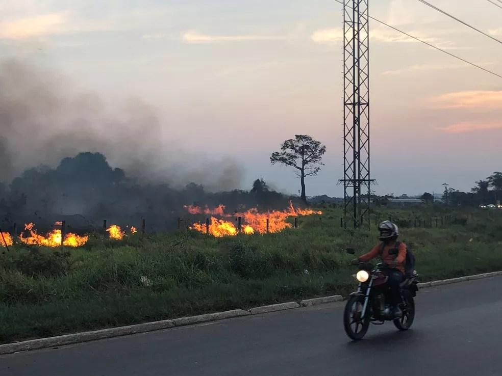 Corpo de Bombeiros do Acre foi acionado para controlar incêndio em Rio Branco — Foto: Ana Paula Xavier/Rede Amazônica Acre