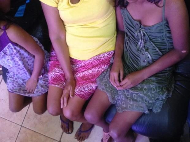 Ao lado da mãe, irmãs disseram que o suspeito ofereceu dinheiro para entrarem no salão (Foto: Dyepeson Martins/G1)