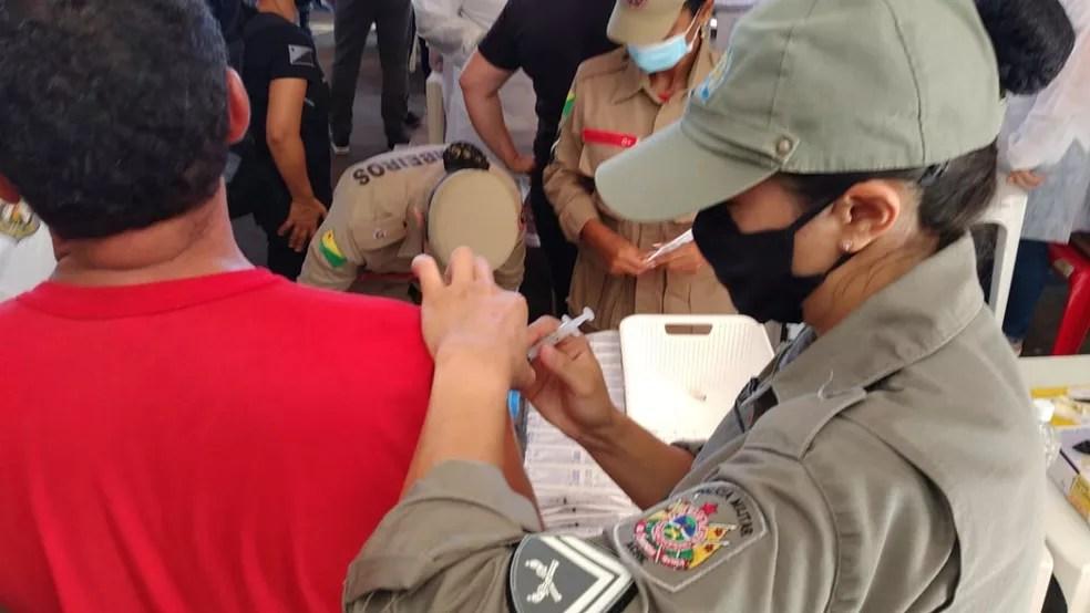 Mais de 2,2 mil profissionais da Segurança começam a receber vacina contra Covid-19 no Acre — Foto: Lidson Almeida/Rede Amazônica