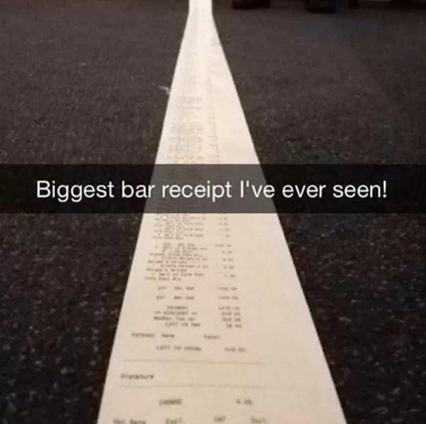 Tirando 'onda' com a conta 'quilométrica' em um bar