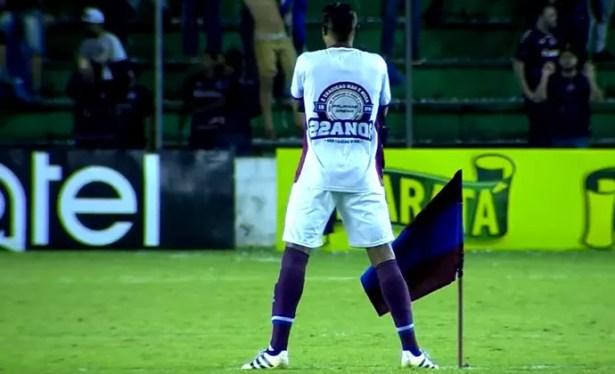 Resultado de imagem para O meia Wagner pegou uma bandeira do Caxias, levou-a até o centro do gramado e cravou-a no campo do rival