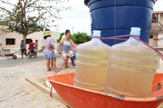 Água que a Prefeitura de Santana do Matos oferece à população é amarelada (Foto: Anderson Barbosa/G1)