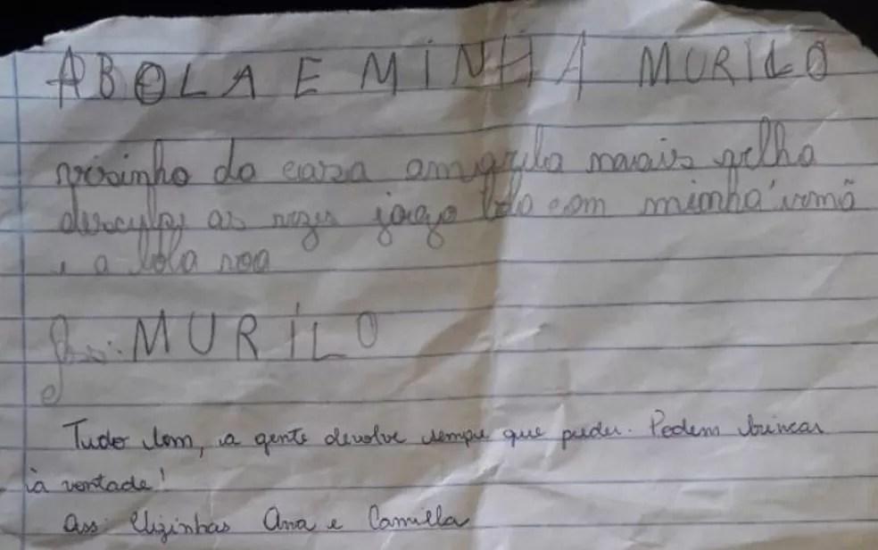 Cartinha escrita e enviada pelo Murilo, de 8 anos, às vizinhas, pedindo desculpas pelas bolas que caíram no quintal delas — Foto: Reprodução/Arquivo pessoal/Samia Habash