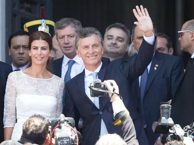 Ao lado da mulher, Juliana Awada, Maurício Macri acena ao chegar ao Congresso da Argentina para tomar posse como presidente nesta quinta-feira (10) (Foto: Maria Natacha Pisarenko/AP)