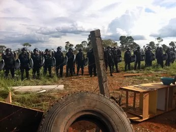 Tropa de choque da PM fica em área invadida após saída dos sem-terra (Foto: Felipe Néri/ G1)