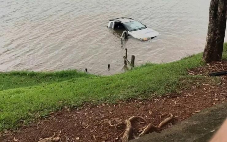 Veículo ficou submerso após descer rua e cair em represa (Foto: Destaque Mais)