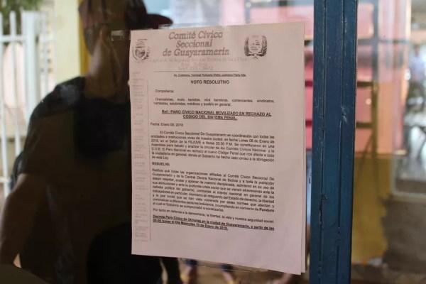 Empresa fixou cartaz informando sobre proibição de travessia (Foto: Júnioir Freitas/G1)