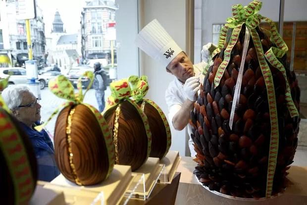 Michael Lewis-Anderson fez um ovo de Páscoa de 60 quilos (Foto: François Lenoir/Reuters)