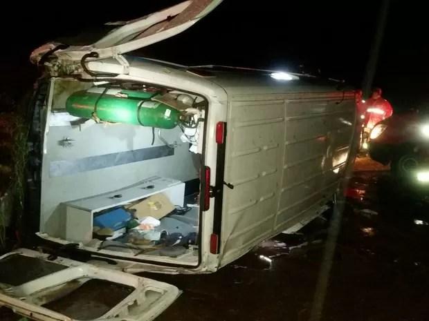 Acidente aconteceu após o veículo aquaplanar e o condutor perder o controle da ambulância (Foto: Divulgação / Polícia Rodoviária Federal)
