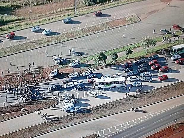 Moradores fecham DF-480, no Gama, em protesto por melhorias no transporte público (Foto: Reprodução/TV Globo)