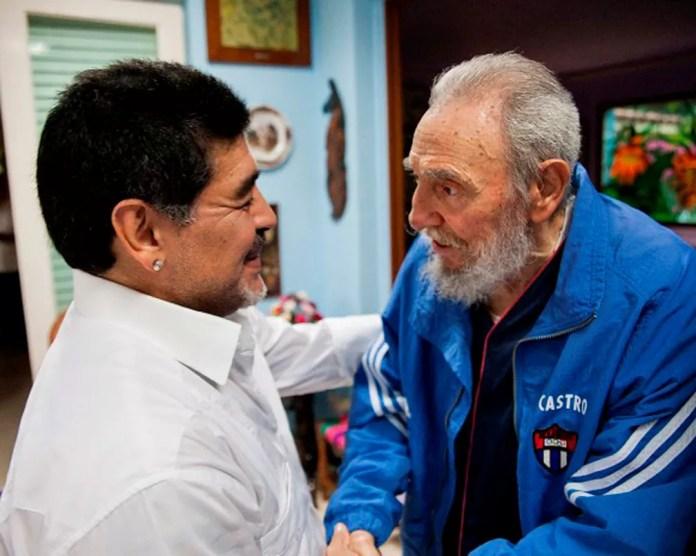 Maradona cumprimenta Fidel Castro em uma visita a Havana, em foto de 13 de abril de 2013 — Foto: Cubadebate/Reuters/Arquivo