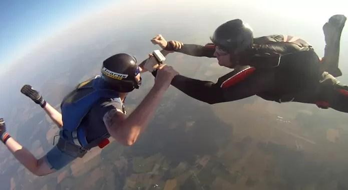Paraquedista filmava salto normalmente... (Foto: Reprodução/YouTube)