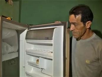 O eletricista Mario Ferreira Lima mostra geladeira vazia na casa em que mora com o filho de 12 anos (Foto: TV Globo/Reprodução)
