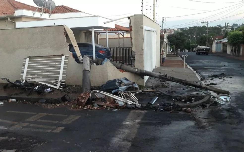 Poste caiu sobre muro de casa após acidente em São Joaquim da Barra (SP) (Foto: Reprodução/EPTV)