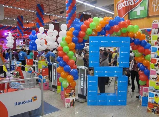 Mercado tinha decoração especial para a chegada do Windows 8 (Foto: Gustavo Petró/G1)