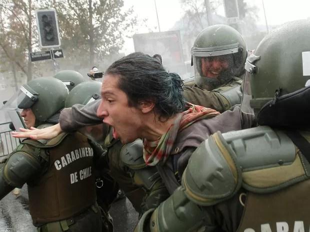 Estudante é detido nesta quinta-feira (26) durante manifestação em Santiago, no Chile (Foto: CLAUDIO REYES / AFP)
