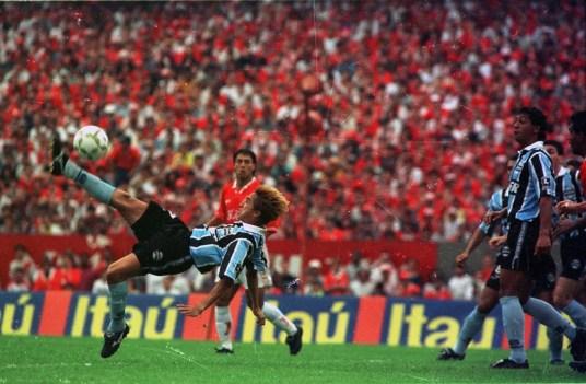 Paulo Nunes fez gol de bicicleta em Gre-Nal e imitou saci na comemoração (Foto: José Doval/Agência RBS)